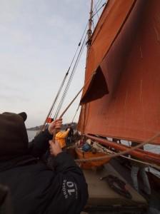 Segelsetzen auf einem Traditionsschiff ist schwere Teamarbeit.